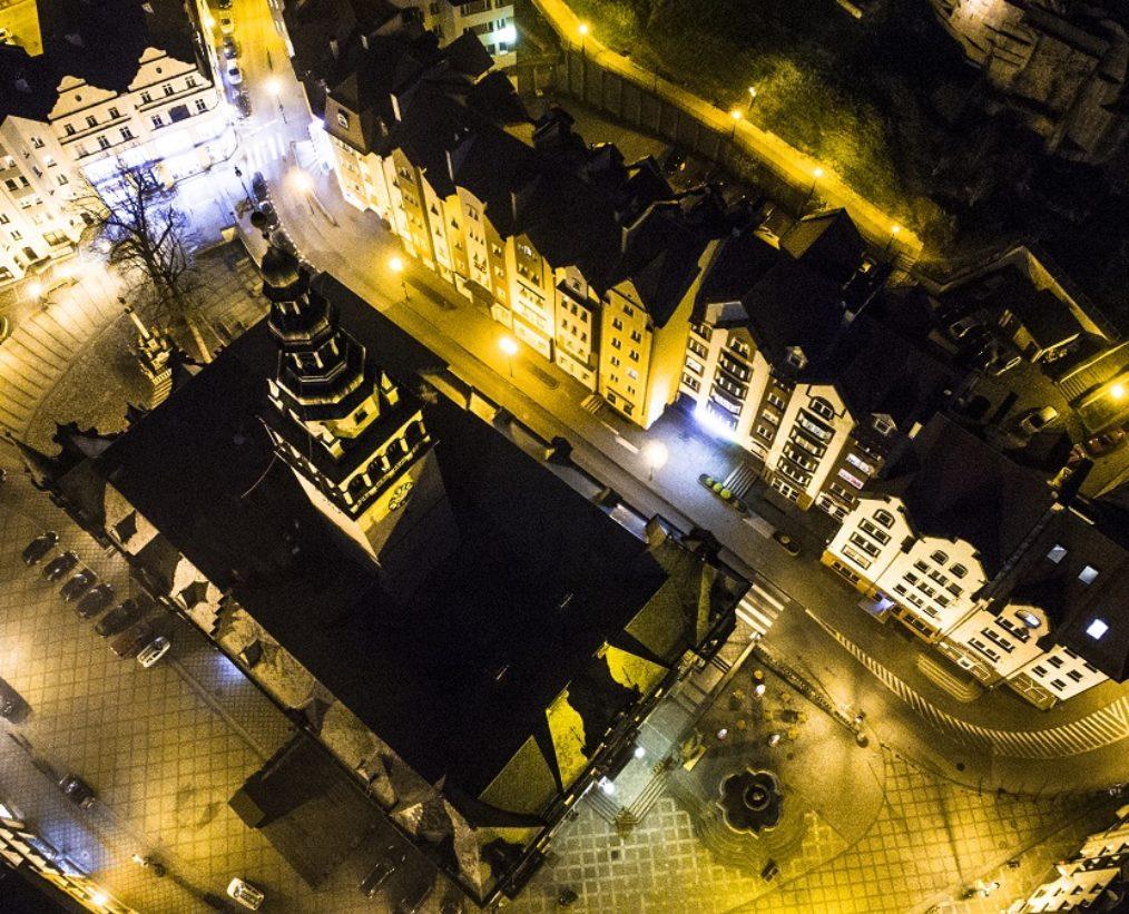 Kłodzko nocą – fotografia z powietrza by SowiWeb